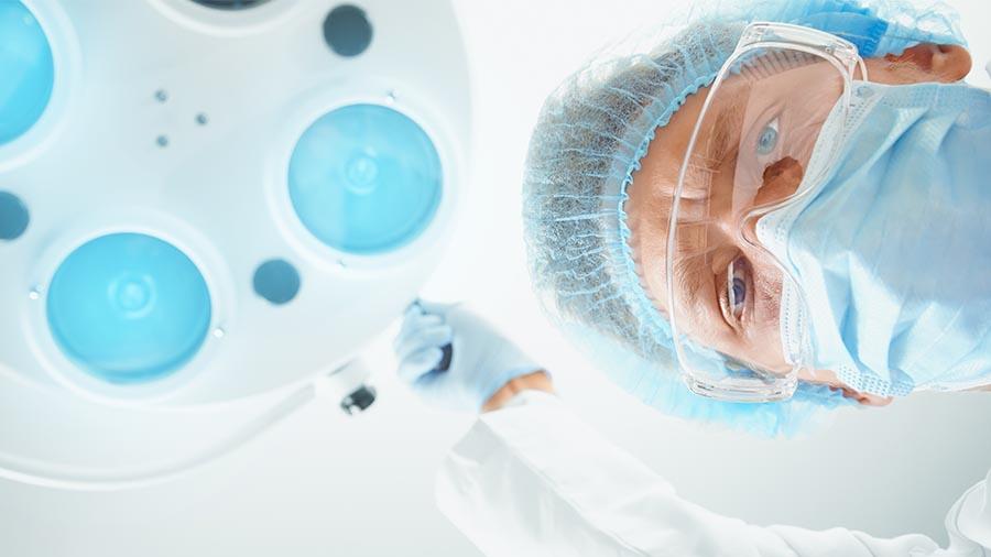 Médico de Ginetec Alicante realizando un aborto quirúrgico